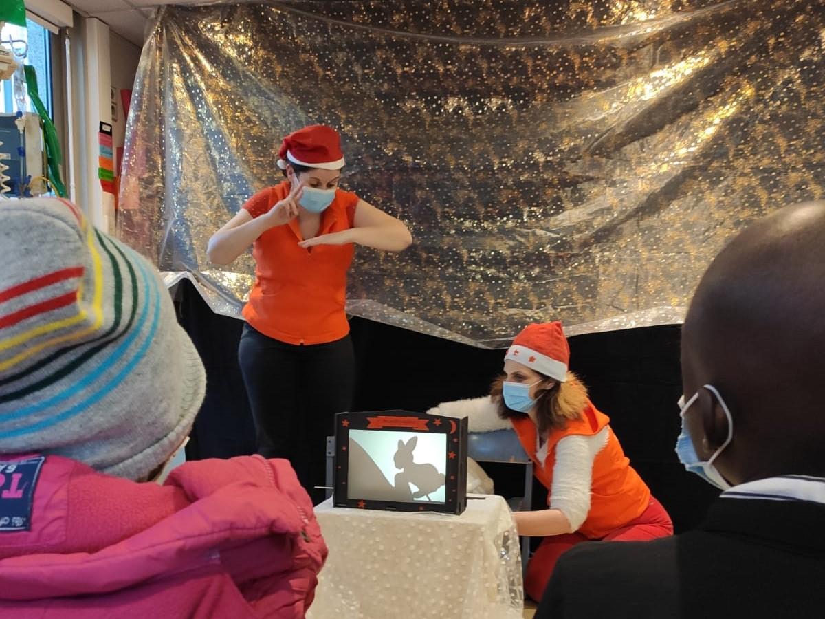 Les conteuses Annie et Charlotte racontent aux enfants malades à lInstitut Curie pour Noël.